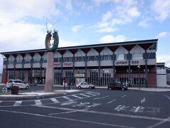 「おいしい山形空港」から「さくらんぼ東根駅」、ちょっとインパクトあり過ぎです。在来線に東根駅もあるのですが、山形新幹線新庄延伸時に既存の蟹沢駅を移転開業して誕生した駅です。こちらの駅に新幹線が止まり、元々特急停車駅だった東根駅は通過駅に。東根市のサクランボ生産量は日本一なので、そう考えるとこの駅名はありかもしれません。   元々の東根の市街地に加えて、こちらの駅周辺にも市街地が広がっています。東根市は山形県で一番人口が増加している自治体らしく、案外成功した街づくりではないでしょうか。