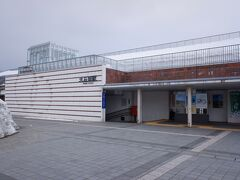新幹線も止まる大石田駅に到着、何気に除雪された雪の山の高さが半端じゃないです。