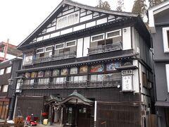 伝統の宿古山閣。銀山温泉の四季の生活を描いた外壁の鏝絵が見事です。