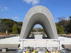 人影もまばらな平和記念公園を歩きます。  原爆死没者慰霊碑です。