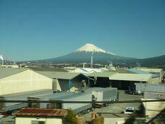 車内は新大阪までは5~8割くらい乗車していまた・・新大阪を過ぎたら・・乗った郷社に指で数えるほどです  新富士あたりで・・・・久々に見る地上からの富士山を・・ この日は飛んでいたにきれいに冠雪している富士山が見れたろうに・・・残念でした