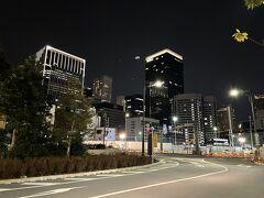 写真右の高層ビルが『The Okura Tokyo』の 「オークラプレステージタワー」ですが、 あまり宿泊ゲストはいないようです。  写真左の高層ビルが私たちがステイしている 『東京エディション虎ノ門』になります。  このエリアは再開発中のため、夜になっても工事をしていて 遠回りして帰ることに・・・。