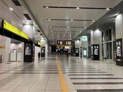 新大阪駅6時発の始発に乗るために、 朝5時台の大阪駅。 人がいない大阪駅って初めてかも。