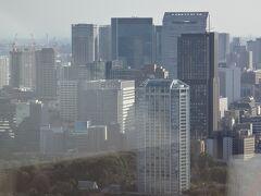 奥は田町駅にある高層ビル。