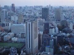手前のビルは『オランダヒルズ森タワー』、その奥に 高級フランス料理店【SUGALABO(スガラボ)】があります↓  <大阪★世界初のルイ・ヴィトンのカフェ【ル カフェ ヴィー】 世界初のルイ・ヴィトンのレストラン【スガラボヴィー】 5つ星『パレスホテル東京』と同じパレスホテルグループのホテル 『ゼンティス大阪』が開業!【アップステアーズ】大阪>  https://4travel.jp/travelogue/11646977