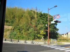 10:20 バスで10分ほど走った所に「名護屋城跡」の交差点がありました。 左側の小高い辺りがそうなのですが、ツアーでは車窓からチラッと見ただけで通過です。 この少し先に、「伊達政宗陣屋跡」という交差点もありました。 東京から飛行機でここまで来ても大変なのに、仙台から本当に徒歩でご苦労様なことです。 その上、海を渡って韓国まで行って命懸けの戦をしたんですからね・・信じられません。 昔の軍兵は皆オリンピックの選手並みの体力と気力保持者であったと思われます。