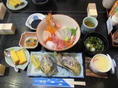イカや海老など7種の海鮮丼(メニューでは1,700円)と、
