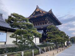 晩御飯は、女将さんに教えていただいた東本願寺の先にある茶蕎麦屋さんに向かいます。