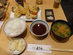 海鮮天丼まきのは食堂街にありました。 お店の壁が半分くらい無い開放的な作りで密室ではなく開放部分は人もいなかったので入りました。 私は冬の天ぷら定食1790円を注文。 待ってる間テーブルに置いてある生姜の甘酢漬けをけっこう食べちゃったw これだけでごはん食べられるw 冬の天ぷら定食も安いのにウニの天ぷらとか色々頑張ってるなーと思いましたよ。 ごちそうさまです。