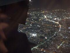 突然の機体変更で指定した席とは全然違う場所に、、、、。 もろに羽の上w 身をよじって見た東京の夜景がウエスト絞りに役立ったかどうかは定かでは無い、、、