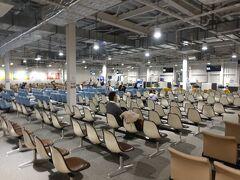 熊本空港には19時01分に到着。 タリーズと売店が1軒だけ開いてました。 アオサの味噌汁、もずくスープ、タイピーエン、高菜の油炒め、ハイチュウデコポン味、車海老焼き煎餅を購入。  JL0638 熊本空港 19時55分発の飛行機で帰りました。
