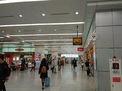 新大阪駅。  人が多いとは言えないな。  大阪駅経由で本日の打ち合わせのある天王寺に移動。