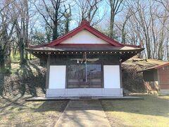 加茂神社、とても古くていい感じです。  お賽銭は、木枠の隙間から投げます。  中にお賽銭箱がありました。