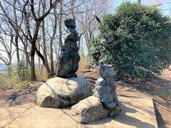 弘法山山頂付近の石碑です。  頭上に硬貨が乗っていました。  弘法山の標高は235mです。