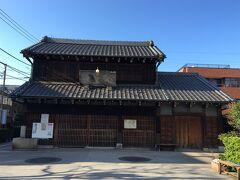 上野桜木交差点の手前に、旧吉田酒店の建物があります。