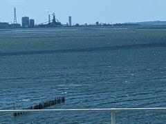 君津のコンビナート、その手前には海苔の養殖筏、何か素晴らしいデスね。 東京湾も綺麗になって江戸前の海産物が美味しく食べられます。 これだけの工業地帯を抱えていても綺麗なのですから素晴らしい技術ですね。