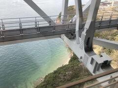 瀬戸大橋線、やはりマリンライナーの2階から見ると 一味違うような気も。 瀬戸内海も水の中が透けるほど綺麗なのですね。