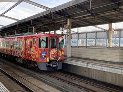 児島駅に戻りまして、岡山行きの電車を待っていると、 アンパンマン仕様の南風号が向かいに。