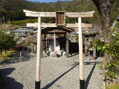 そんな物珍しさから北山村にある道の駅を訊ねてみたのですが、飛び地って目に見えるものではなし...  写真は道の駅内にある邪払(じゃばら)神社。
