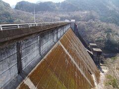 ではそろそろ帰宅の途に就こうと、三重県道15号線を走っていたら前方の山肌にダムを確認。 とりあえず行ってみました。