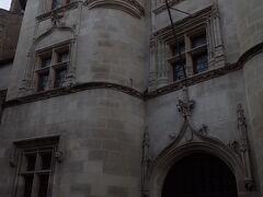 旧市街の建物。 15世紀に完成し、 16世紀の所有者にちなんだ名前で呼ばれています。