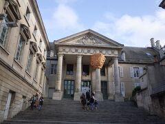 ちなみに、ジャンヌダルクがシャルル7世に謁見する前に審査された場所でもあります。 天使のお告げとか、預言もしたので、高等法院で魔女ではないか審査しました。