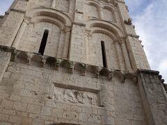 商業地区にある静かな教会。 9世紀末に、聖ポシェールの聖遺物を収容するために建設された。 11世紀には、ロマネスク様式の楼閣と門が付け加えられた。