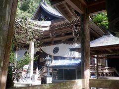 千年杉や500年ヒノキが日の光のゆらぎを作り、神聖な静寂さで包まれています。88か所の44番目の大宝寺本堂は銅板の屋根が青いです。