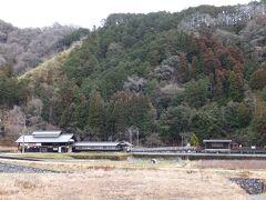 向こうに見えるのが智頭急行「平福駅」ですが長閑です…、  第三セクター鉄道として兵庫・岡山・鳥取の3県を結ぶ鉄道ですが特急列車は関西と鳥取と結ぶスーパーはくとを運行してます。