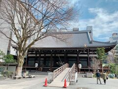 本能寺の変の後、秀吉によって現在のこの地に移され、再建された本能寺。   その後も何度も火災で焼失し、現在の本堂は昭和3年に再建された建物です。