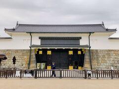 バナナジュースを飲みながら、去年の秋にオープンしたばかりのHotel Mitsui Kyotoを横目に「こんな凄いホテルがオープンしたのね!」って驚きながら、続いてやってきたのは、元離宮二条城です。  ホントはこの日、梅を見に北野天満宮まで行くつもりだったのです…購入した1日乗車券で嵐電も乗れると書いてあったので。 でも、この時点で15:55くらい。   コロナの影響なのか、こういうお寺は元から閉門時間が早いのか分かりませんが、あと5分で閉門ですよ~!とアナウンスしてて。 二条城がそんな感じなら多分、北野天満宮も同じようなものかも?!   しかも、現在いる場所から北野天満宮は離れてるわけだから、今から行って結局入れなかったら悲しすぎるので、今日はとりあえず二条城に入るべきかも…と思い、急遽見学することに。