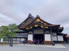 京都には、中学生の修学旅行で訪れましたが、基本的に4-5名の班行動で、自分たちでバスの時刻表や路線図を頼りに見学ルートを考えたので、その時に見学した記憶はナシ。 その後、2009年にカナダから友達が日本に遊びに来た時に京都を訪れましたけど、その時は二条城の桜のライトアップを見に行った記憶はありますが、二の丸御殿には入っていません。  この日が初めての二の丸御殿の見学だったにも関わらず、閉門までの30分で駆け足での見学って、私ったらなんて勿体ない事をしたんだろう?!って思います ^^;  二の丸御殿は徳川時代の建物が現在も残り、15代将軍・徳川慶喜による大政奉還が行われた場所でもあるので、歴史的にも本当に貴重な文化財です。  今年の大河ドラマ「青天を衝け」では、いずれこの大政奉還が描かれることになると思うので、その予習としては今日来ることが出来て良かったかな。   貴重な文化財なので、御殿内の写真撮影は一切禁止でしたけど、大広間には侍のマネキンが置かれ、大政奉還の様子を再現していました。 それはまさに、大河ドラマとかで見たことあるシーンそのままだったので、凄く貴重な歴史の一部を体験できたような感覚でした。  大河ドラマで大政奉還が描かれたら、絶対にもう1度、今度はじっくりと見学に訪れたいと思います!