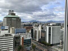 2日目 朝 ホテル17階 (南向き) からの眺望 遠くに瀬戸内海が見える