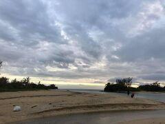 さらに徒歩で南下して、北名城ビーチ。厚い雲の隙間から太陽が見えていたが、ほどなく隠れてしまった。