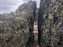 で、いきなり粟国島の写真(笑)。レンタサイクルを借りて、島内を西へ向け走らせました。まずは粟国島南部にある、岩と岩の裂け目「ヤマトゥガー」。