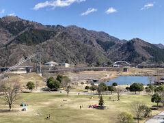 圏央道 相模原愛川ICから少し離れた霊園に、10年前東日本大震災直後に亡くなった親戚のおばさんの墓参りに両親と行きました。海老名SAから富士山が良く見え良いお天気です。 その後せっかくだからと宮ヶ瀬ダムに。 私は初めてでこんな立派な湖畔公園があることを知りませんでした。展望台から吊り橋
