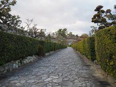 生垣がピシッと整えられているこの通り「御城番屋敷」。 松坂城を警護する松坂御城番という役職の武士20人と、その家族が住んだ武士の組屋敷との事。
