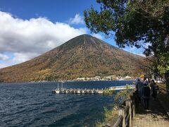 中禅寺湖と男体山が駐車場から眺められる。