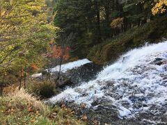 しばらく車を進め、道路沿いにある湯滝を上から覗き込みました。