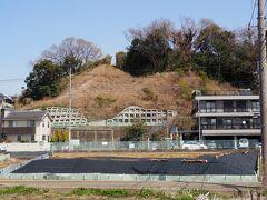 黒須田川を離れ、次の目的地、稲荷前古墳群に向かいます。 古墳時代の4世紀から7世紀にかけて造営されたこの地域の歴代首長の墓です。神奈川県指定史跡。