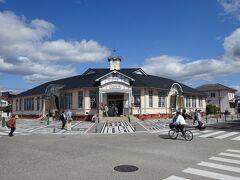 城を出て、駐車場の少し先にある「大正ロマン館」へ。1923(大正12)年に建てられた篠山町役場を、1993(平成5)年に「大正ロマン館」という名称で城下町篠山観光の拠点施設として開館しました。大正ロマネスクを感じるレトロな雰囲気な洋風建物は素敵です。