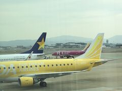 さすが福岡空港、フジドリームラインズ、スカイマークなどのカラフルな機体も並んでいます。