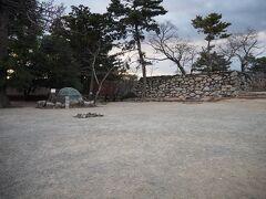 城の最上段へ。この辺り一帯が本丸跡で右側の石垣が天守台。