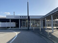 新幹線の駅舎を出ると  すぐ前が富山地方鉄道の新黒部駅