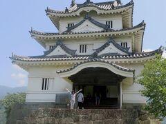 腹ごしらえを終えてから、店の脇の門から宇和島城の歴史ある石段を登り、日本で現存している数少ない天守閣の一つの宇和島城を見学しました。藤堂高虎が築城し、後に伊達政宗の長子秀宗が入城して9代にわたって宇和島伊達家の居城になった歴史があることを知りました。