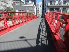 東京メトロ東西線・木場駅2番出口から80mほどのところに架かる新田橋。 大横川に架かる赤い欄干の、歩行者専用の短い橋です。大正時代に医師をしていた新田さんが、亡くなった奥さんの供養のために建てた橋だそうです。人望が厚かった新田先生を偲んで新田橋と呼ばれるようになったとのことです。どこにでもある何気ない橋ですが、愛情を感じる歴史が隠されている橋です。