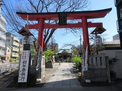 新田橋から1分ほどのところに建つ洲崎神社。 江戸城内に五代将軍綱吉の生母桂昌院が建立し、1700年に現在地に創建されました。
