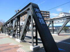 門前仲町に向かう途中で通った木場橋。 大横川に流れる大島川東支川に架かる黒い橋です。長さ27mほどで、車道の両側に歩道があり、歩道側にレトロな街灯が設置されていました。今回の散策のスタートが赤い新田橋だったので、木場橋の黒い色が渋く見えました。