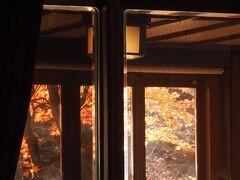 先程外から眺めていたカフェテラス。  ロビーからガラス越しに撮影しています。