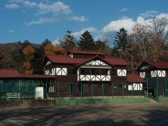 ユニオンチャーチの向かいには 軽井沢会テニスコート。  もはや説明不要の 日本一有名なテニスコートですね(*^^*)